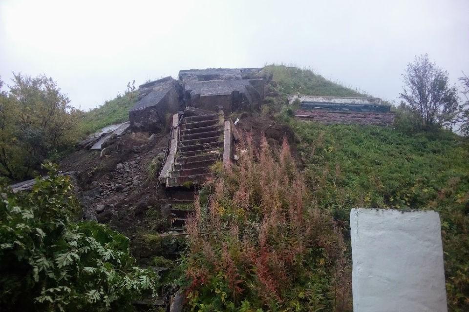 Памятник рухнул с постамента. Фото: vk.com/liinahamari_official