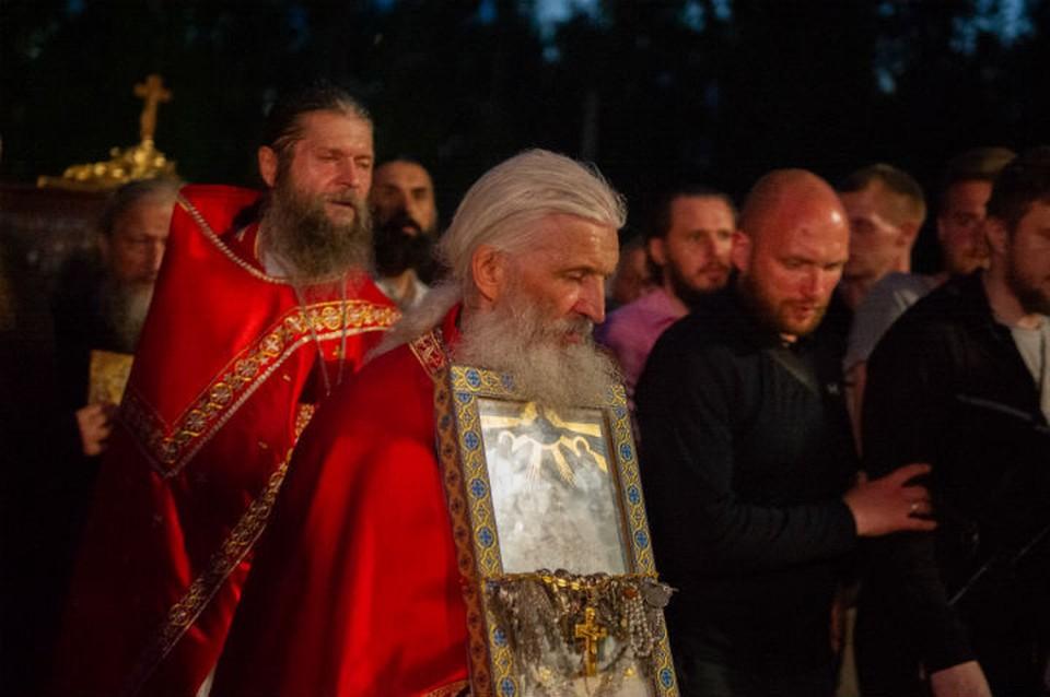 Опальный отец Сергий не пустил на территорию монастыря комиссию, которая должна была провести инвентаризацию недвижимости