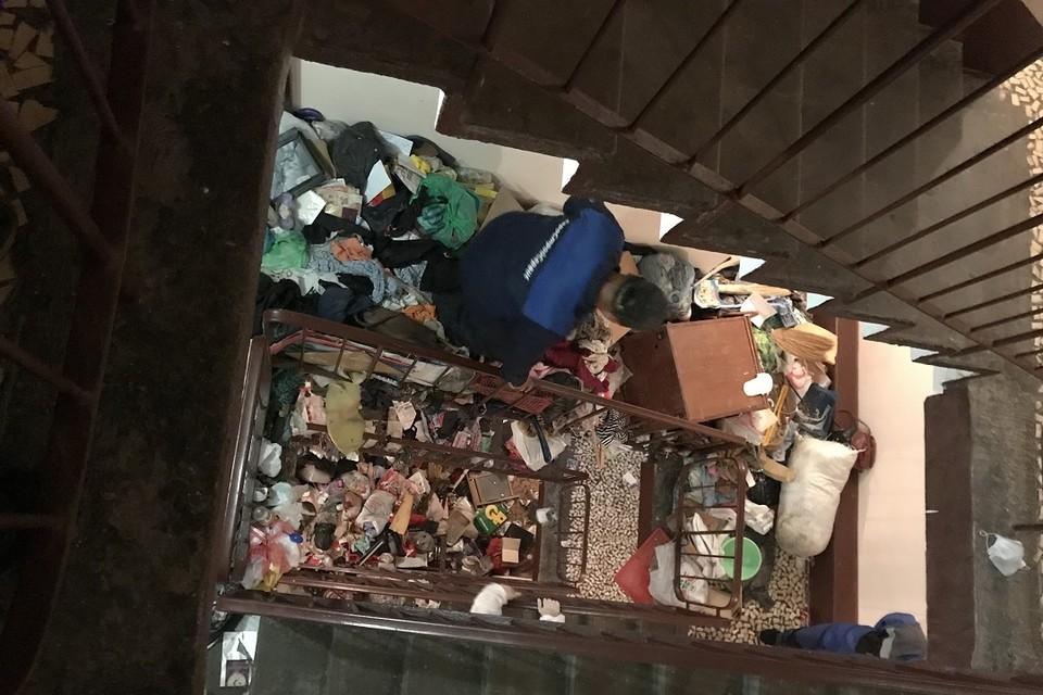 Спасатели помогли расчистить вход в заваленную мусором квартиру, но хозяев не нашли. Фото: vk.com/kupchinonews / Владимир Юдин