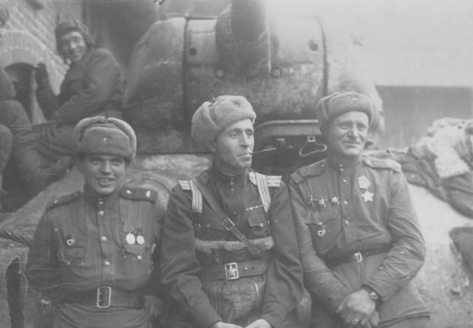 Полковник Андрей Соммер (в центре) с боевыми товарищами на броне танка Т-34.