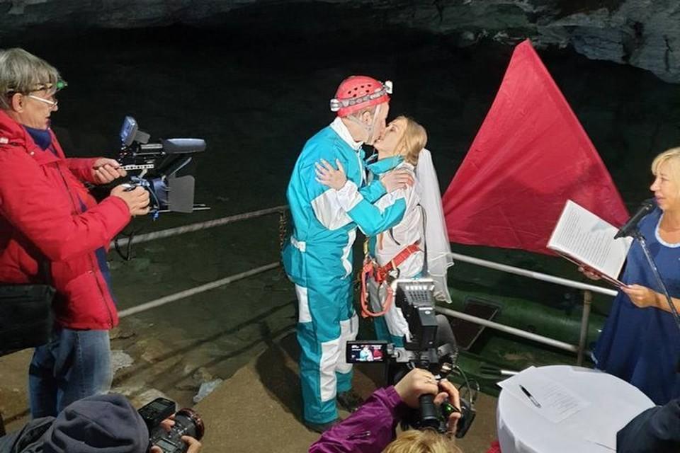 Фото со свадебной церемонии: группа ВК Кунгурской ледяной пещеры.