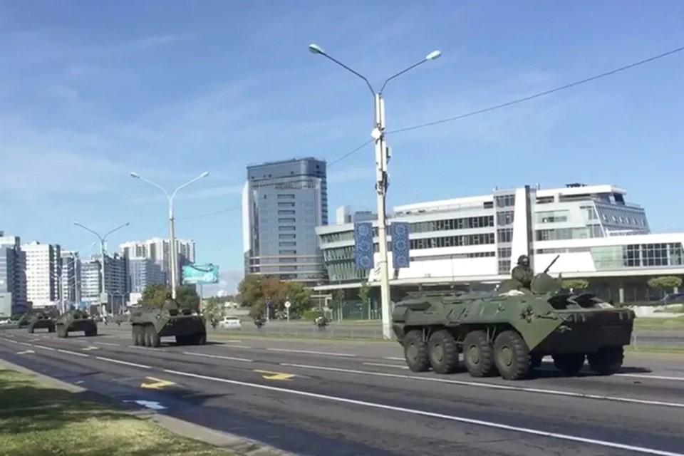 Дворец Независимости снова охраняют военные БТРы.