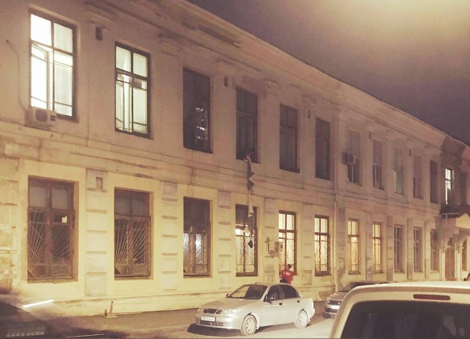 Доставщик передал заказ на второй этаж. Фото предоставлено читателями КП-Крым.