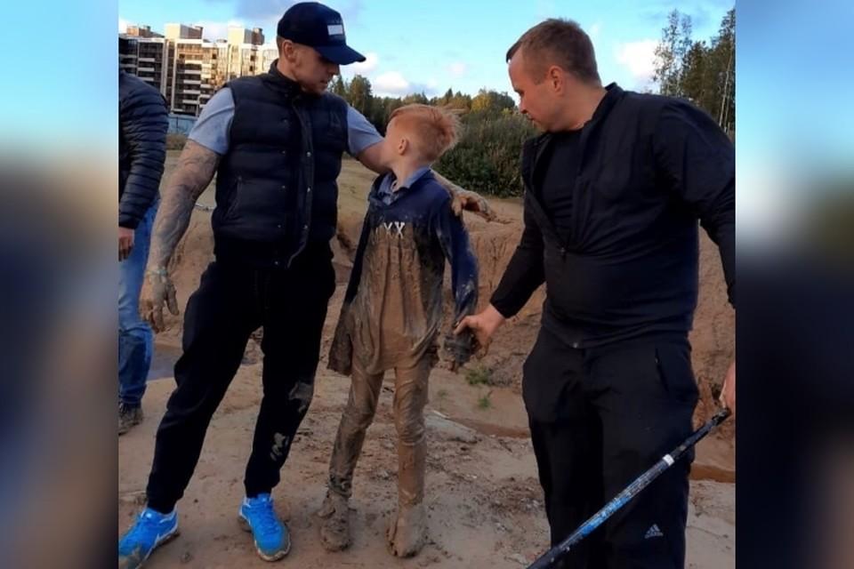 Двое мужчин спасли от верной смерти 11-летнего мальчика, провалившегося в грязевое болото на стройке в Ленобласти. Фото: vk.com/unreleased_dtp