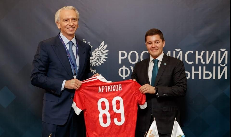 Александр Дюков (слева) подарил Дмитрию Артюхову именную футболку. Фото пресс-службы правительства ЯНАО