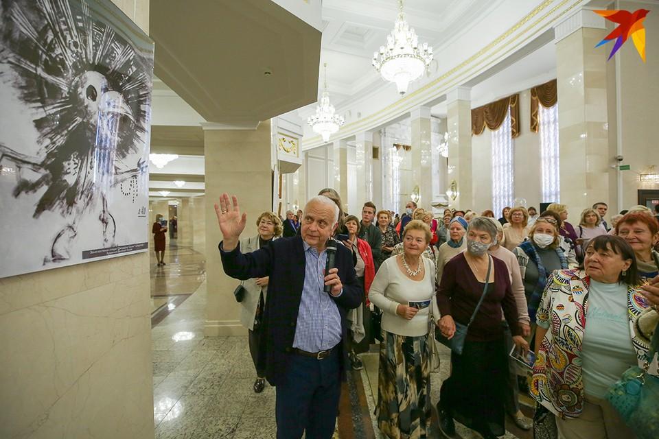 Валентин Елизарьев провел небольшую экскурсию для зрителей. Фото: Анна ИВАНОВА