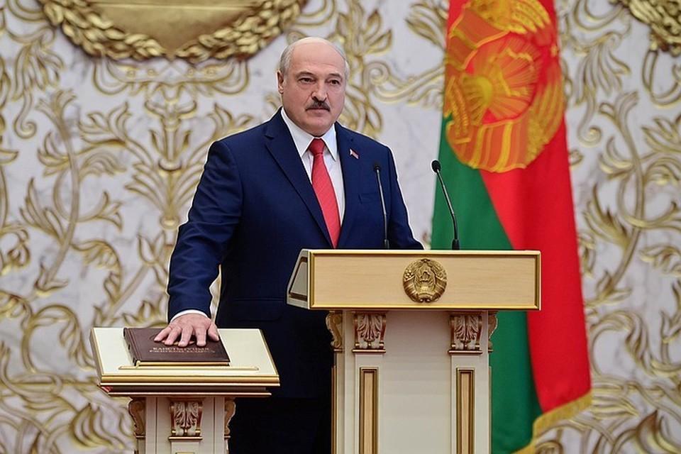Александр Лукашенко произнес присягу на белорусском языке, после чего подписал акт о ее принесении