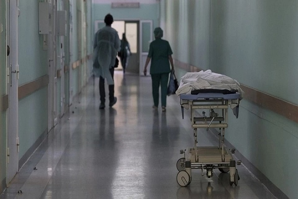 Мужчину доставили в больницу с внебольничной пневмонией, вызванной коронавирусом.