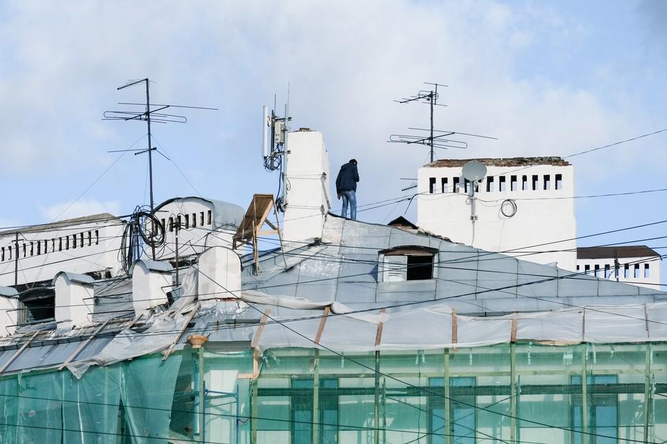 Эксперты и депутаты видят лишь одно решение проблемы: делать крыши не запретной зоной, а, наоборот, открывать их для всех желающих