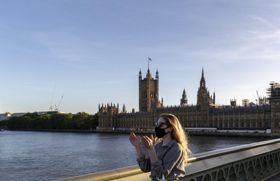 Британские власти намерены специально заразить добровольцев коронавирусом для испытаний вакцины