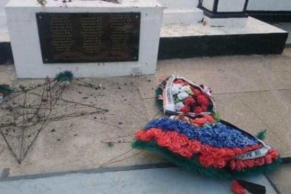 Осквернили память: В Крыму вандалы сожгли пластиковый венок на Вечном огне