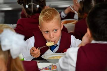 Роспотребнадзор проверил качество питания алтайских школьников: требования соблюдены на 100%