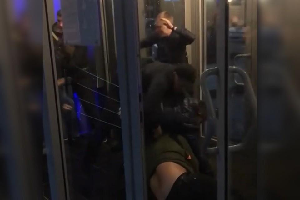 Очевидец снял драку на телефон. Фото: стоп-кадр