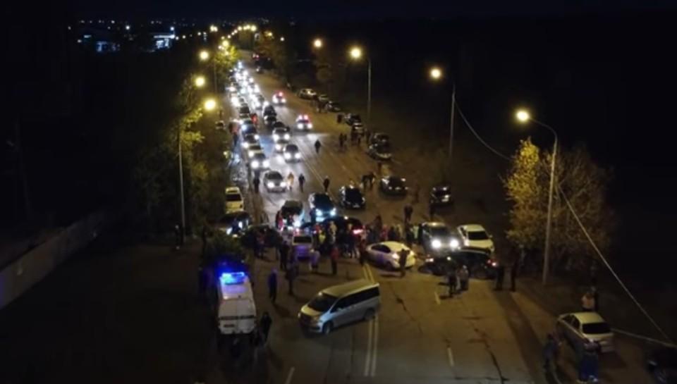 Жители Солнечного перекрыли дорогу из-за проблем с электричеством. Фото: стоп-кадр видео паблика Наш микрорайон Солнечный.