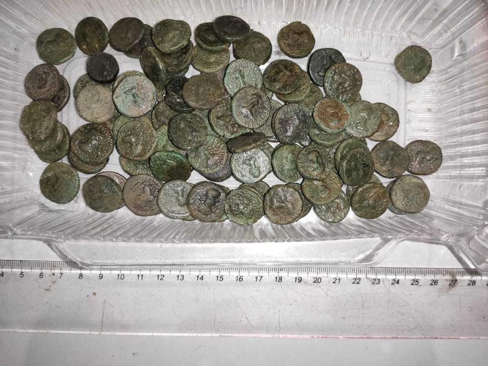 В Крыму за нелегальную коллекцию старинных монет оштрафовали местного жителя. Фото: пресс-служба Погрануправления ФСБ по Крыму.