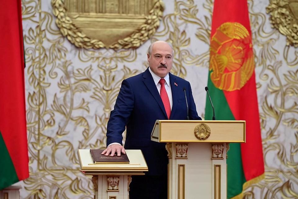 Пока Лукашенко удается более-менее успешно купировать возникающие угрозы, но уже очевидно, что его противники (и речь идет не о людях, которые выходят на улицы Минска) закладываются на очень долгую и динамичную войну, с использованием различных тактик и приемов.