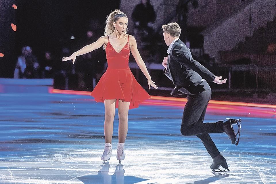 В «Ледниковом периоде» Бузова катается в паре с олимпийским чемпионом Дмитрием Соловьевым.
