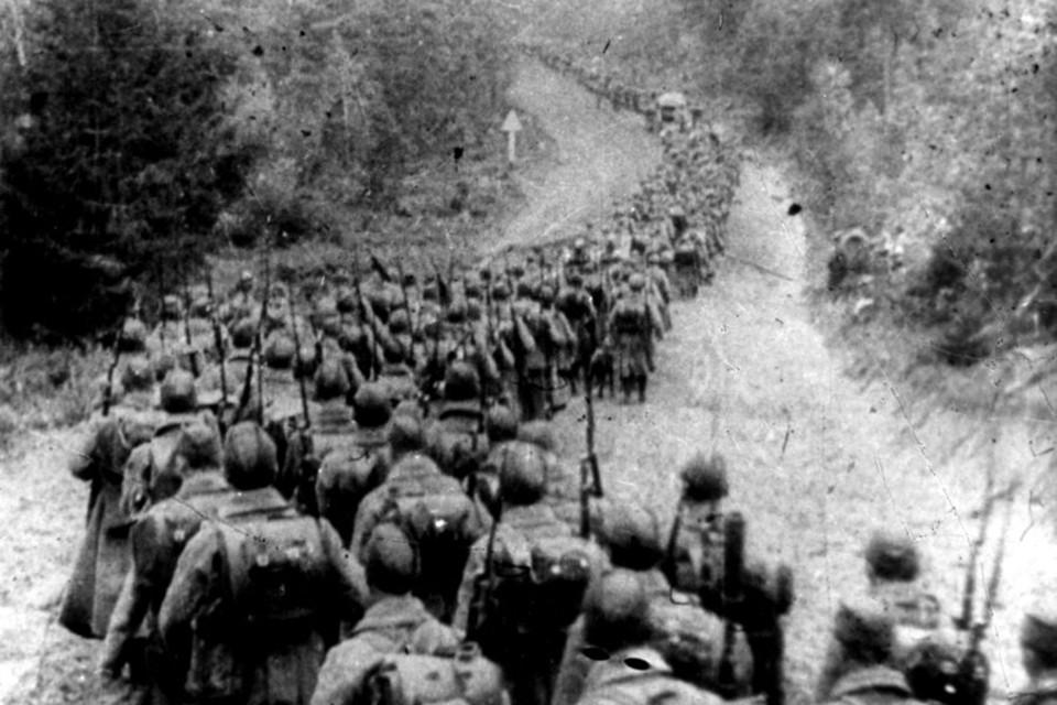 Красноармейцы продвигаются вглубь территории Польши, сентябрь 1939 года.