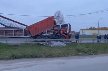 На выезде из Екатеринбурга самосвал снес надземный переход