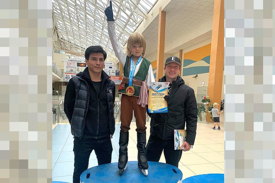 Саша Плющенко с тренерами Сергеем Розановым и Евгением Плющенко.