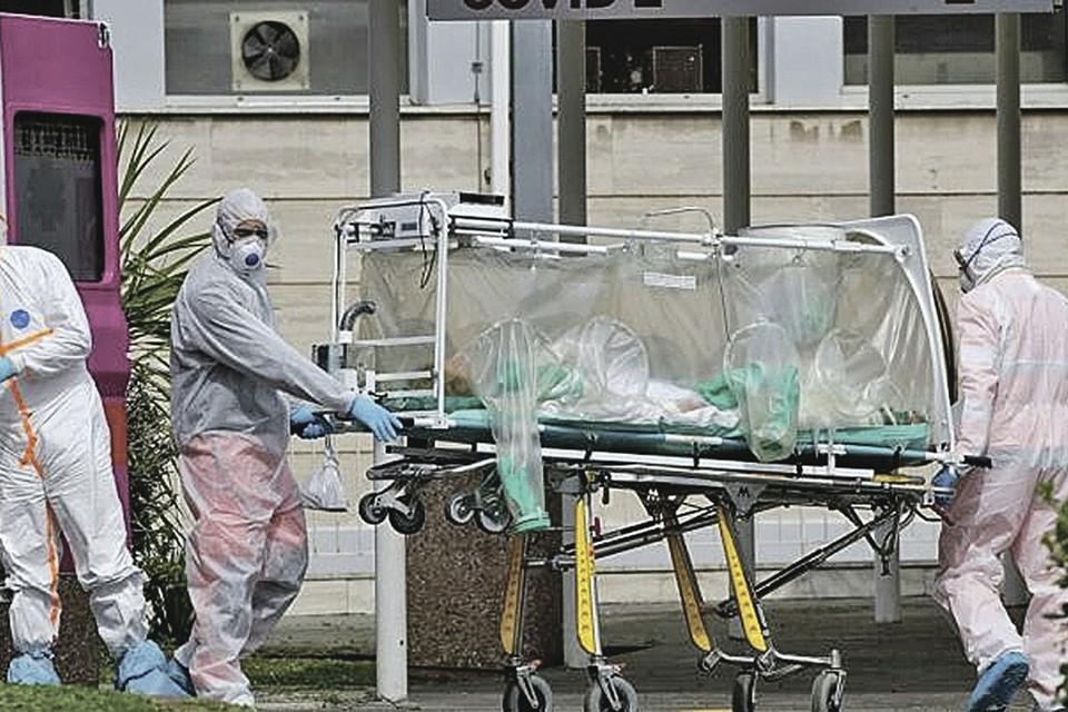 Италия, Рим. Очередного больного вывозят в стационар. Европу накрыла новая волна COVID-19. Фото: AP Photo/Alessandra Tarantino
