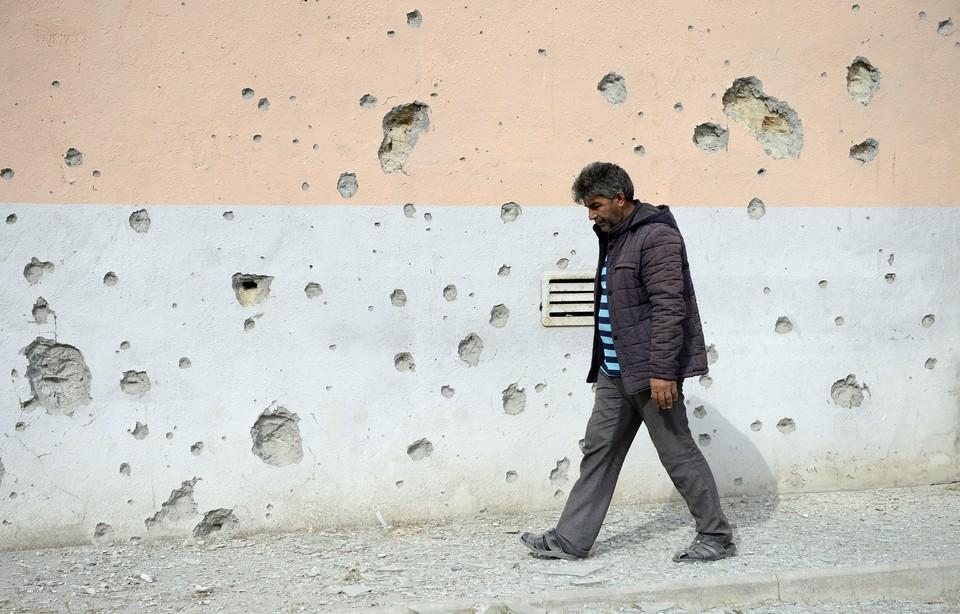 Нагорный Карабах, 29 сентября. Мужчина у своего дома, пострадавшего в ходе боёв.