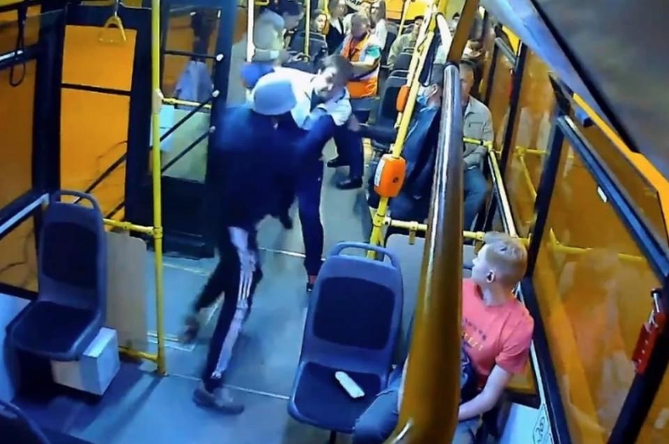 Жесткая драка произошла в троллейбусе Петербурга из-за безбилетника, ударившего кондуктора