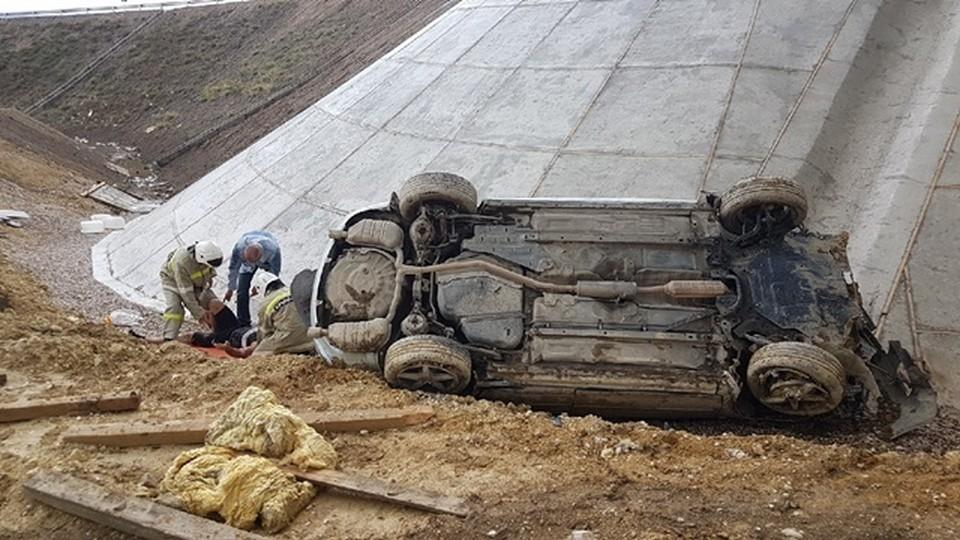 Водитель иномарки улетел в кювет на трассе «Таврида». Фото: официальный сайт МЧС по Крыму.