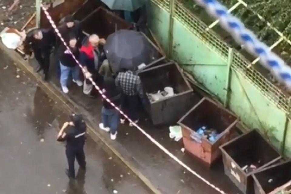 Тело ребенка случайно обнаружил местный житель, когда пошел выносить мусор. Фото: скриншот видео из соцсетей