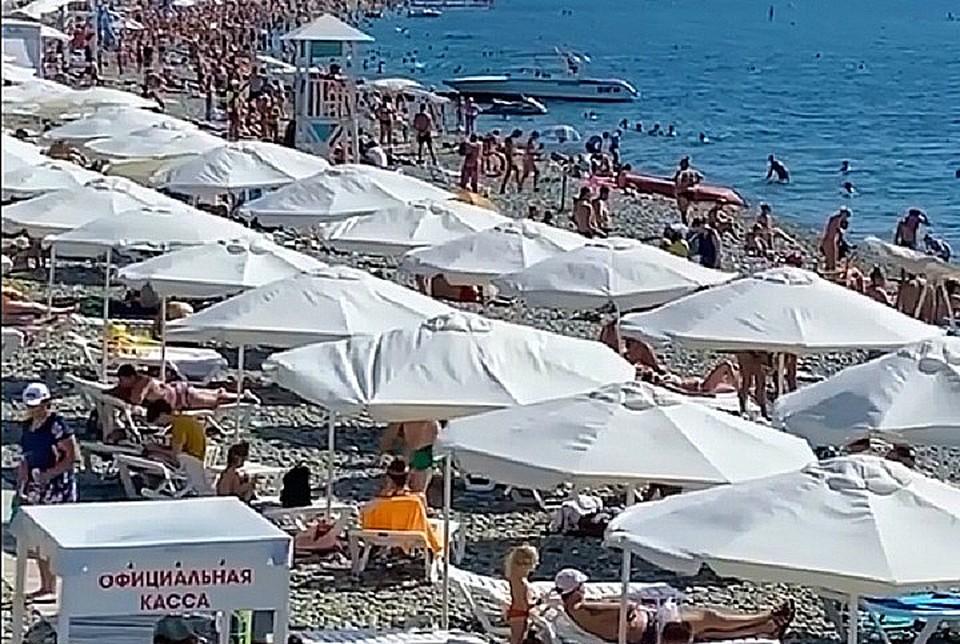 На пляже в Сочи - толпы. Фото: sochi_hot_hotel