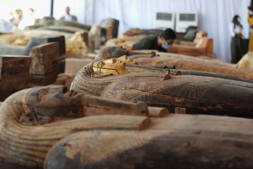 Власти Египта предъявили общественности 59 саркофагов, обнаруженных недавно во время раскопок в Саккаре