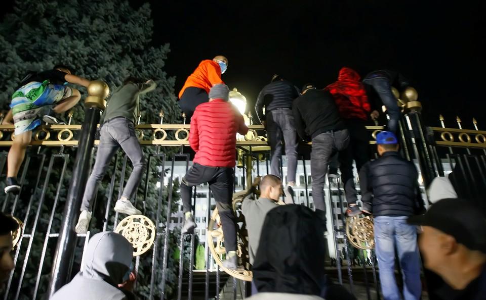 В 3:20 митингующие прорвались в Белый дом.