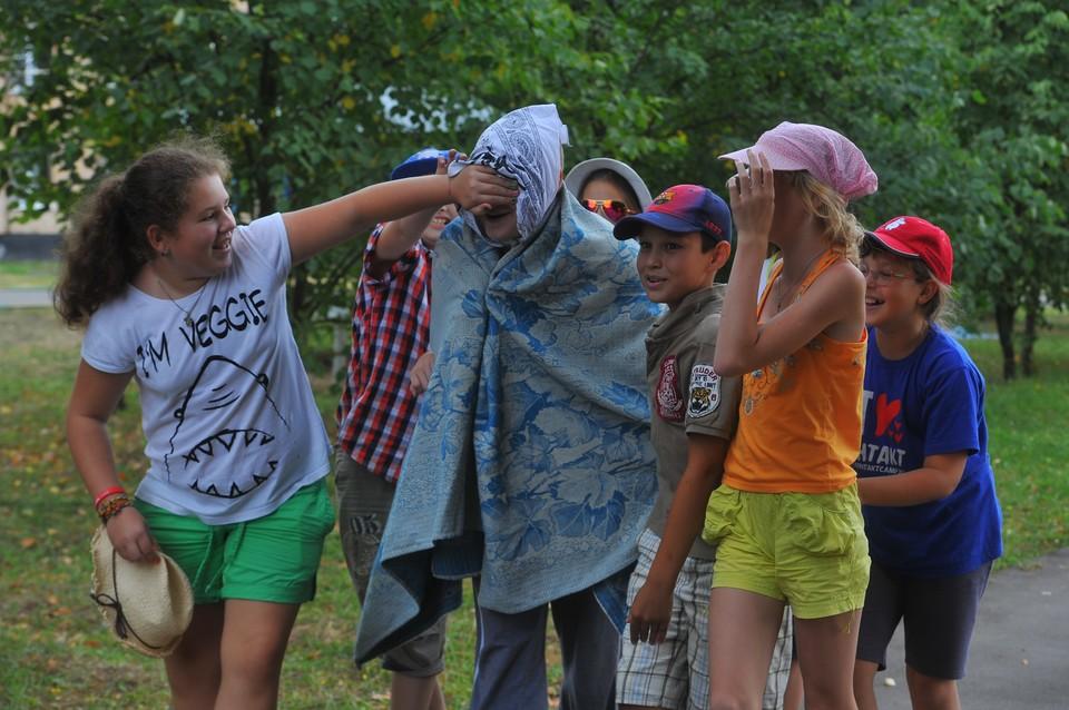 Пришкольные лагеря в республике были отменены, а в загородных лагерях и санаториях можно было заполнять лишь 50% от общего числа мест.