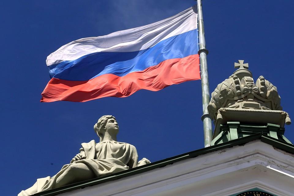 Флаг России над Зимним дворцом в Санкт-Петербурге.