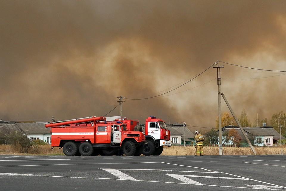 С раннего утра, как только стало светать, специалисты Минобороны РФ приступили к локализации оставшихся очагов пожара