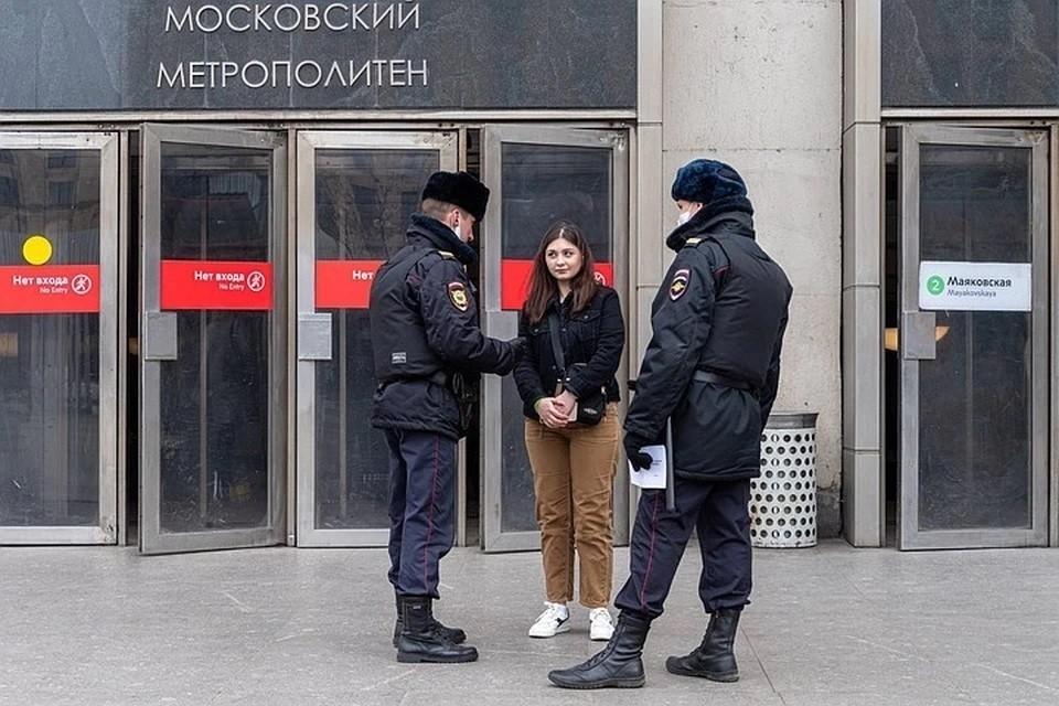 Пенсионеры и школьники с заблокированными соцкартами штурмуют московское метро