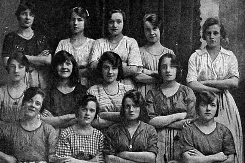 Девушки с льняной фабрики, напугавшие своих потомков спустя более, чем сто лет.