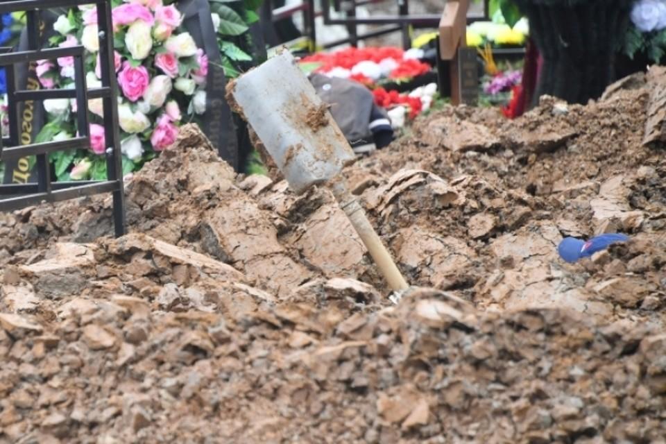 Кузбассовцы похоронили живого человека с коронавирусом