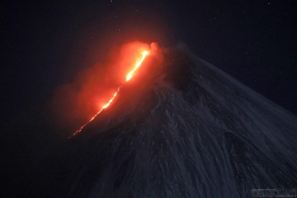 «Страшно красиво»: На Камчатке началось извержение вулкана, он уже выпустил из кратера километровый поток лавы