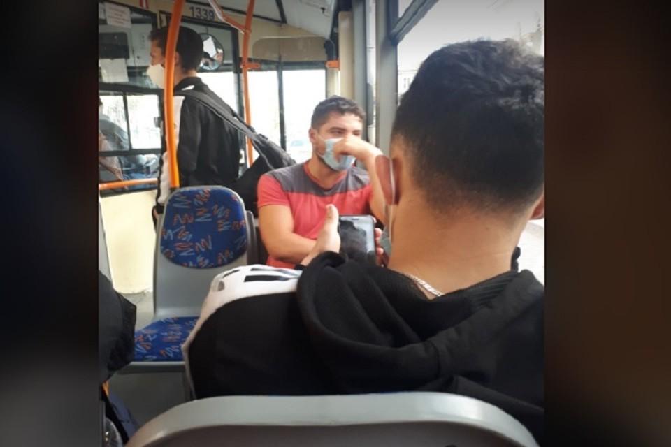 Этот парень надел маску только после угрозы позвонить в полицию.