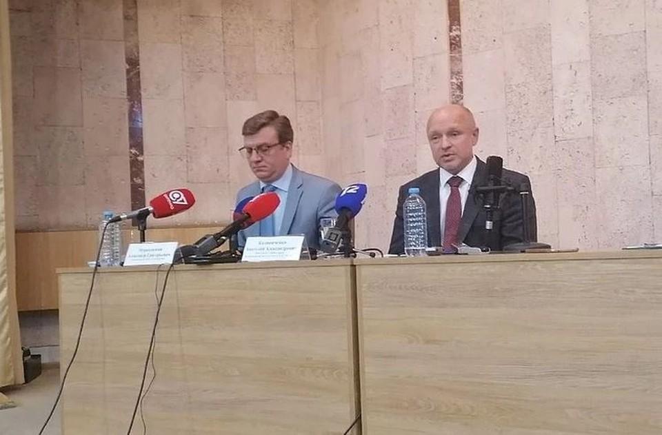 Слева - главврач БСМП-1 Александр Мураховский, справа - его заместитель Анатолий Каличенко во время пресс-конференции после отправления Навального в Германию.