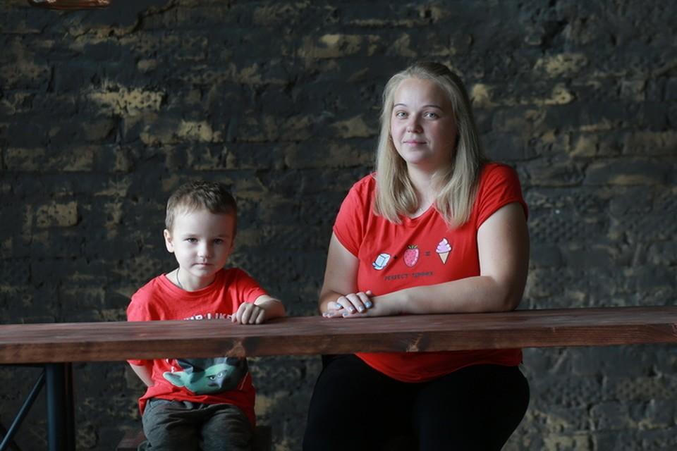 Светлана стала донором костного мозга для своего старшего сына и теперь готова сделать это еще раз для другого человека, которому подойдет ее генетический код. Фото: Петр Граждан.
