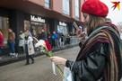 «Поздравить маму и поддержать Максима»: в цветочный магазин, хозяин которого после задержания попал в больницу, второй день стоит очередь