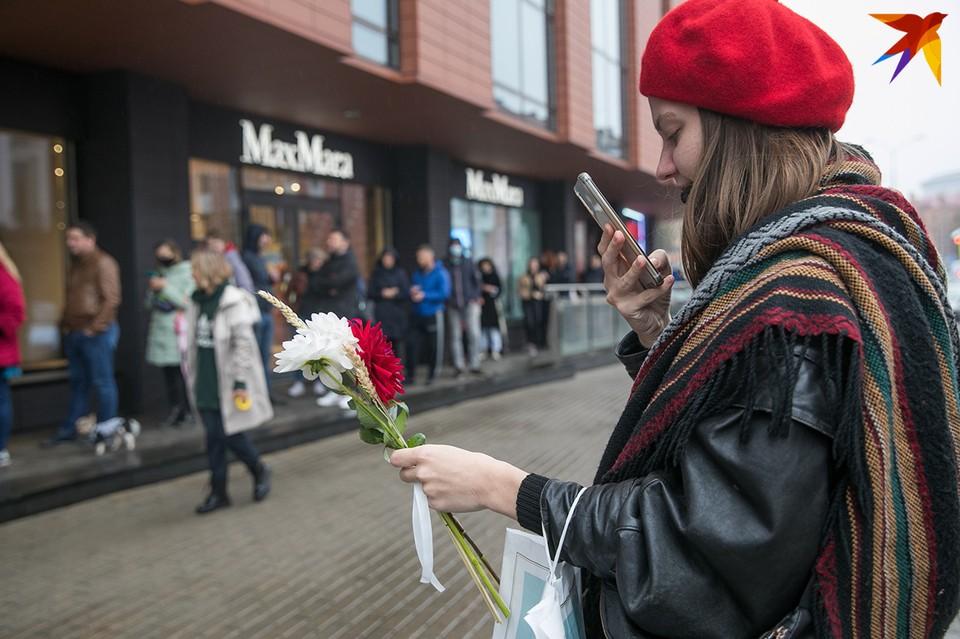 В цветочный магазин, хозяина которого жестоко задержали, второй день стоит очередь.