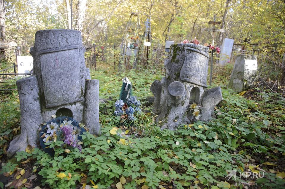 Такие надгробия в Екатеринбурге можно встретить на Михайловском и Ивановском кладбищах.