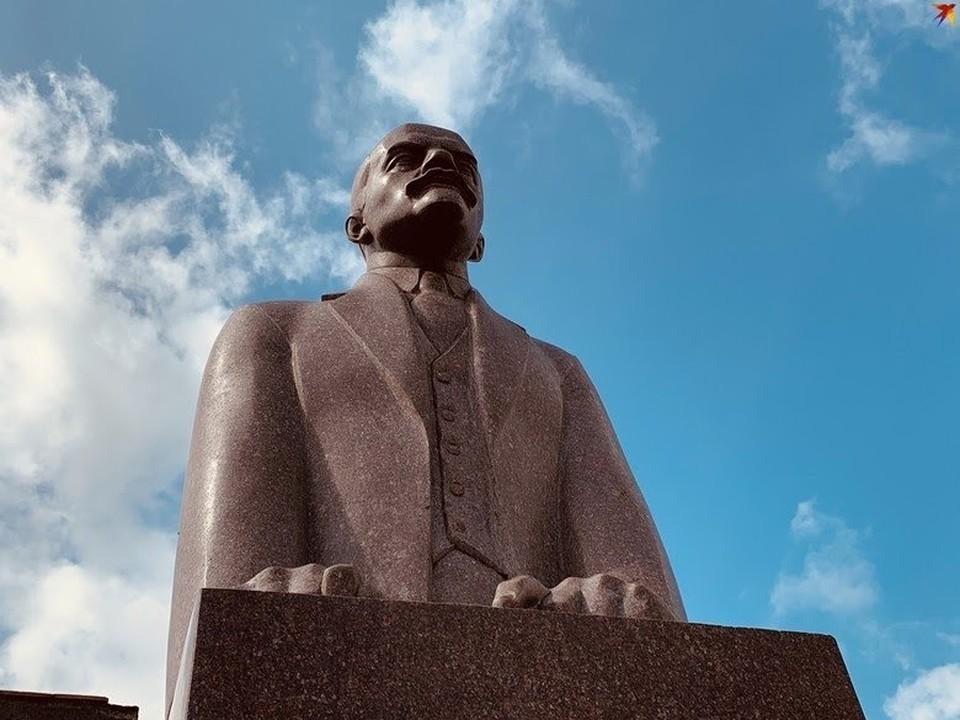 Ленин-сфинкс останется на главной площади Рамешек.