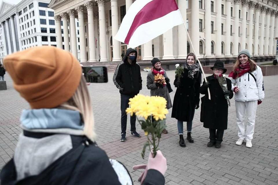 Небольшая группа «женского марша» собралась днем у торгового центра «Дана Молл» в Минске и двинулась по проспекту Независимости