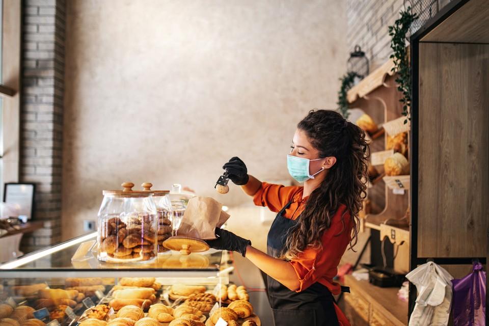 Специалисты изготавливают печенье с именами кандидатов и следят за продажами