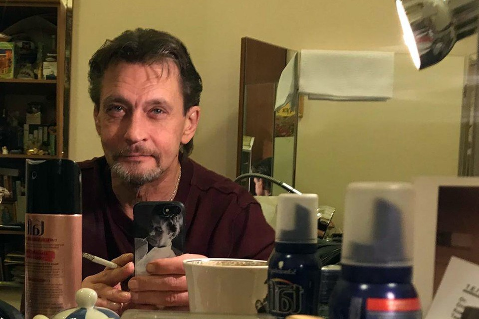 """Александр Домогаров во время подготовки к очередному выходу на сцену со спектаклем """"Ричард III"""", где он играет главную роль, сделал селфи из гримерки"""