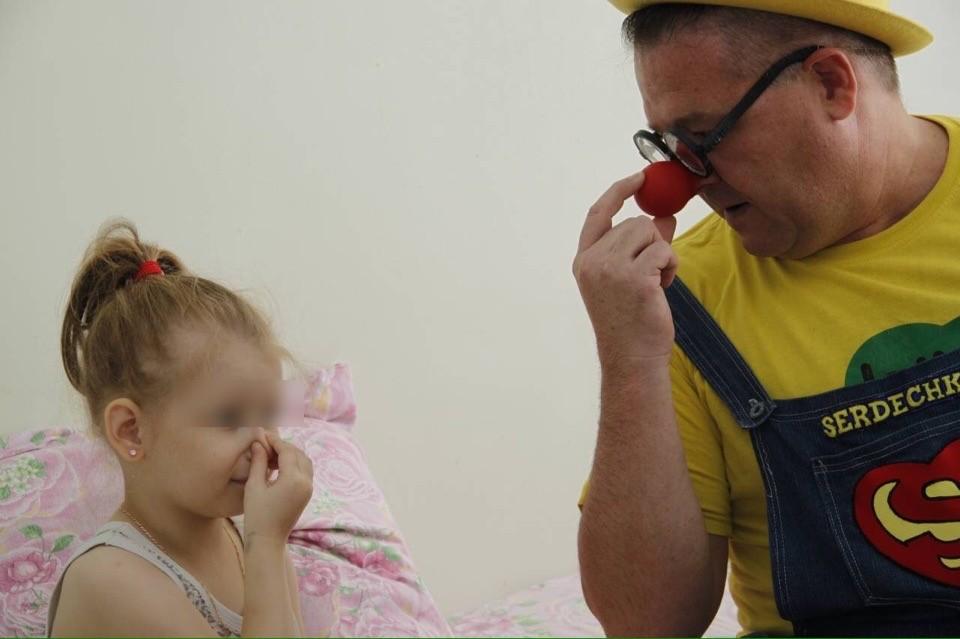 «Очки и нос скрывают мои слезы»: откровения клоуна, который работает с больными детьми